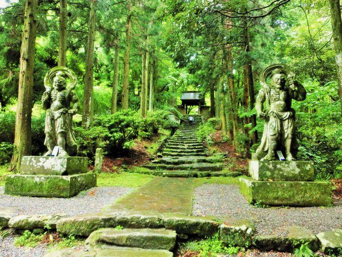 苔むす仁王像の両子寺