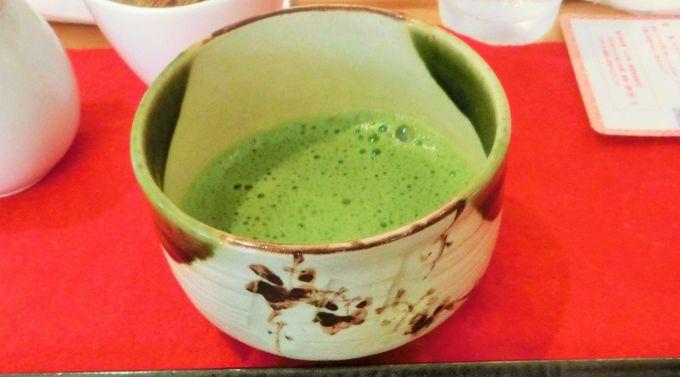 茶筅を使って抹茶を点てる