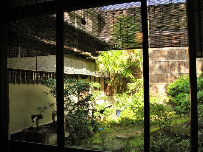 窓の下には白川が流れるロケーション