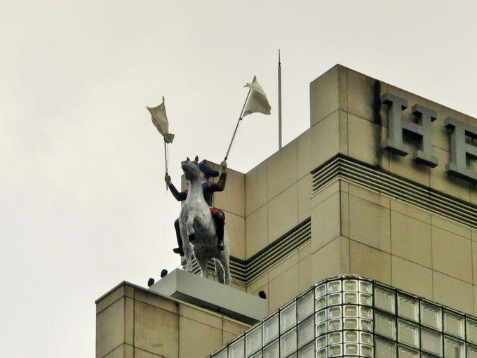 屋上の白馬の騎士