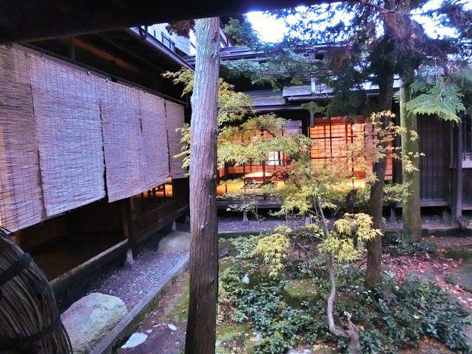 日暮れ時が美しい中庭