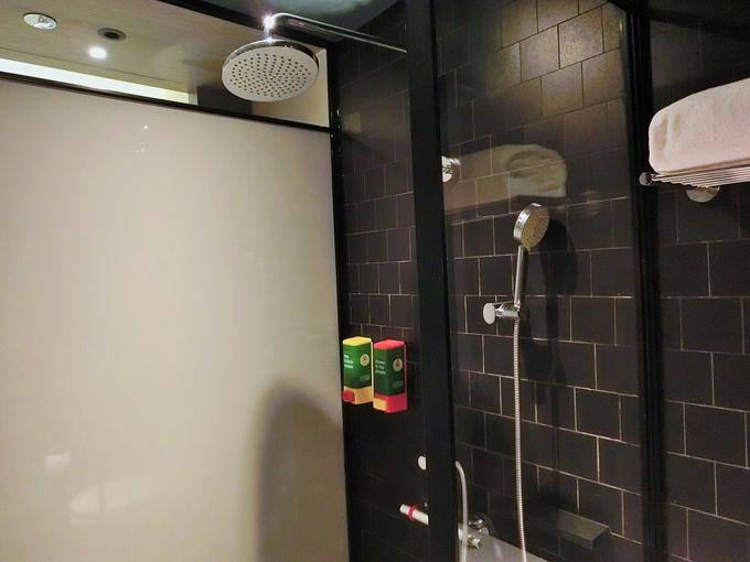 独立したトイレとシャワールーム