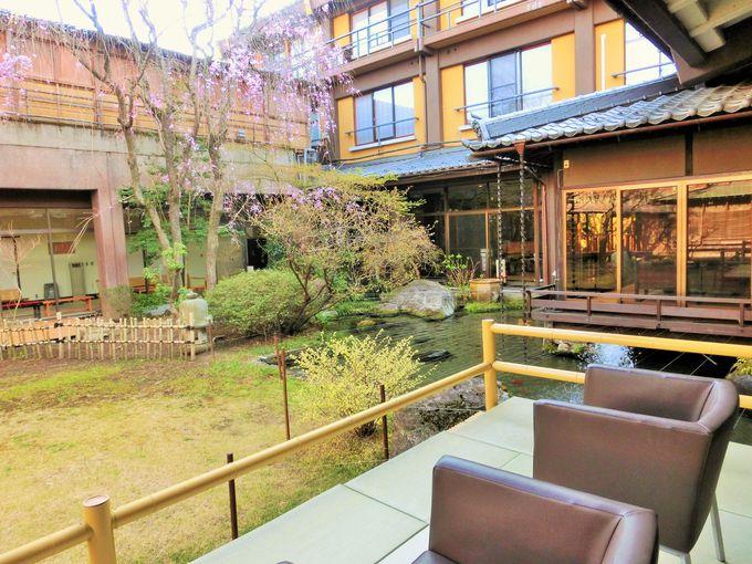 趣のある中庭と畳敷きの館内