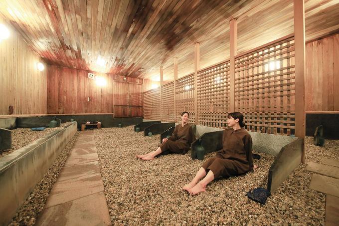 世界初といわれる話題の天然温泉薬石浴