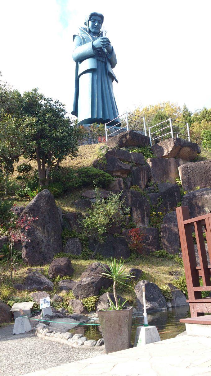 巨大な天草四郎像が聳え立つ物産館