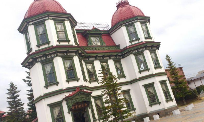 赤と緑が印象的な、メルヘンな洋館