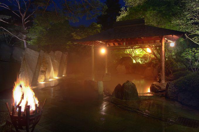 篝火に誘われ、自然の恵みに感嘆する露天風呂
