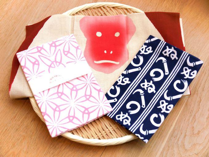 一枚一枚、職人さんによる手染めの技法は日本の匠の技