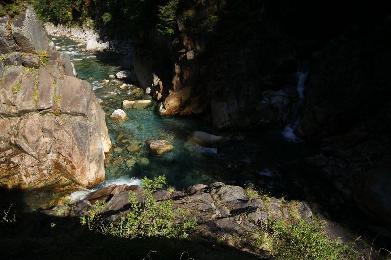 黒部川に左右から沢が流れ込む、世にも珍しい十字峡