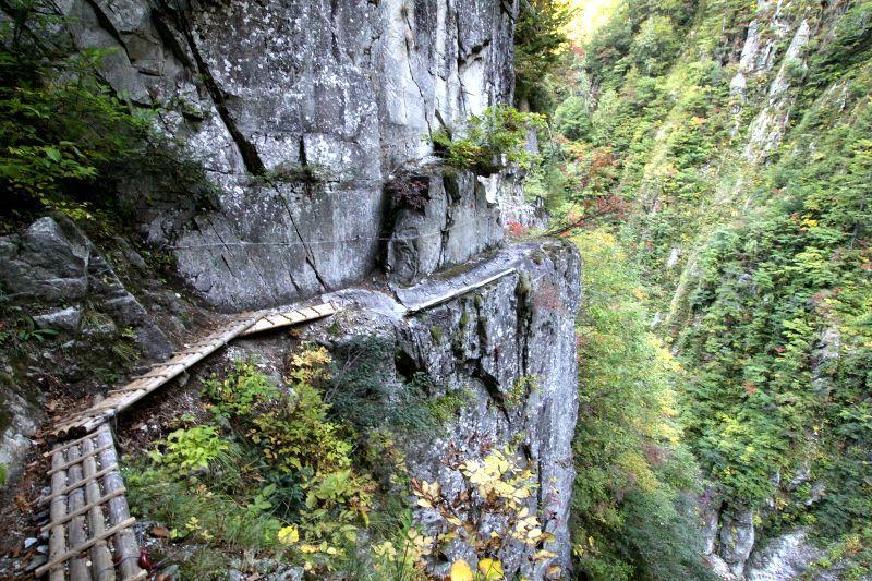 高さ100m以上の崖っぷちを歩く!...