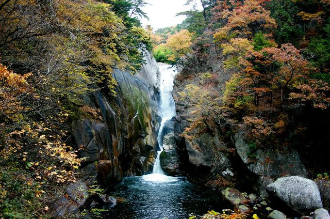 昇仙峡の最奥部に待ち構えているのは、壮麗な流れの「仙娥滝」
