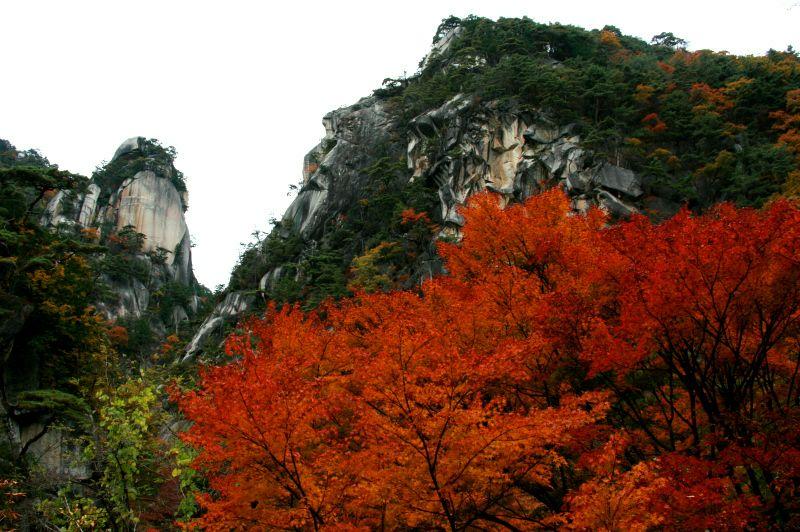そそり立つ180mの大岸壁! 昇仙峡のシンボル「覚円峰」