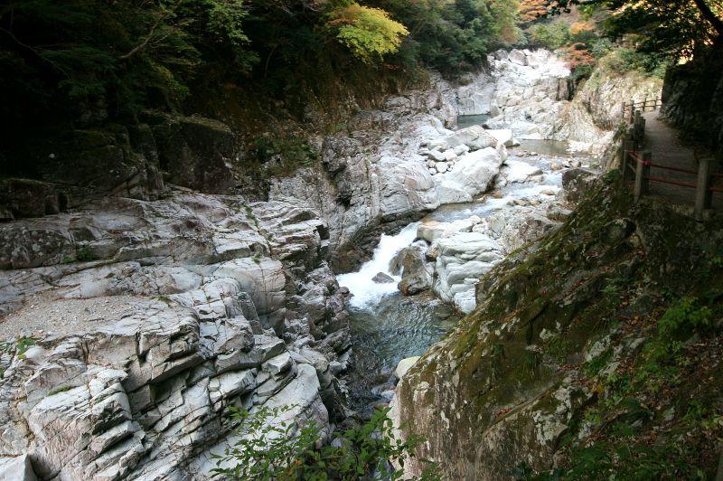 思わず目を見張る、白い岩肌を流れる水の流れ