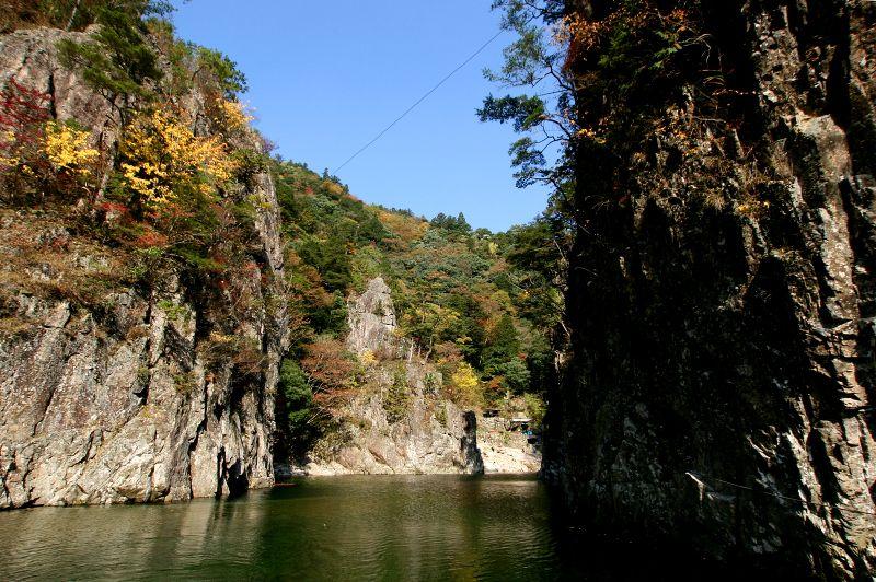高さ100mの絶壁に囲まれた「黒淵」は、渡船に乗って楽しもう
