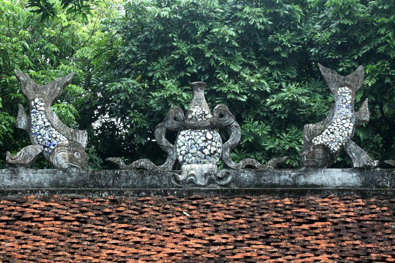 大中門の屋根に掲げられた「鯉の滝登り」
