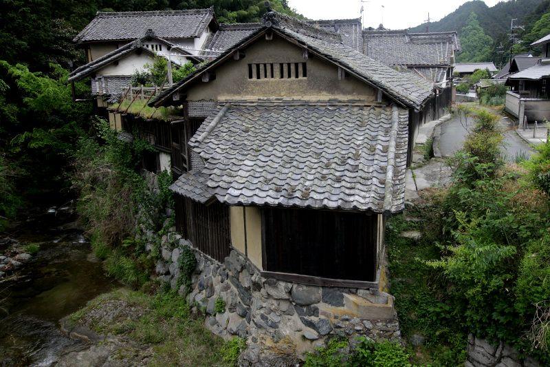 高く積まれた石垣に伝統家屋が連なる「栢森集落」