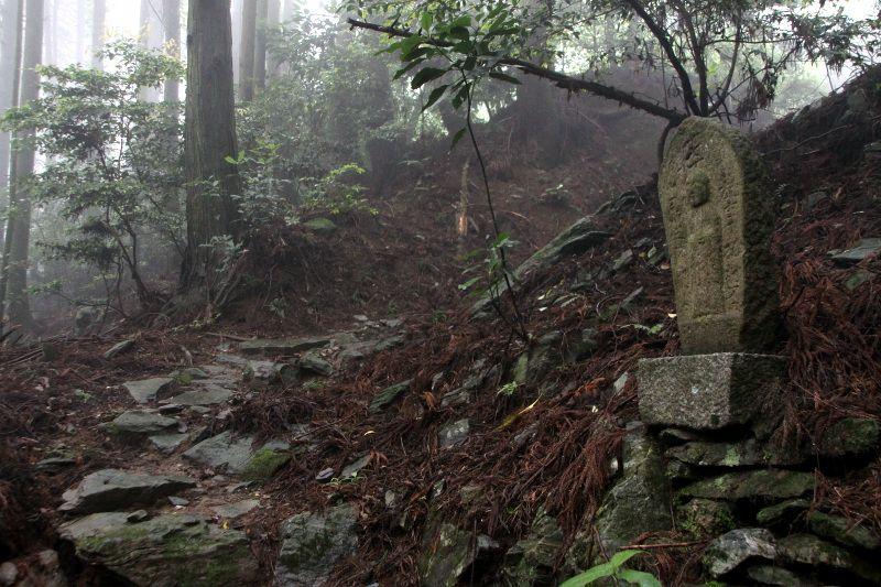 ひっそり眠る古の参詣道「三角寺奥之院道」