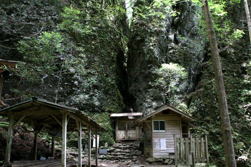 秘境の札所へ続く修行の山道「八丁坂」