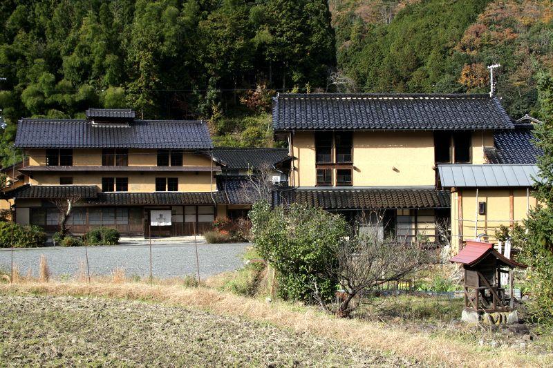 谷川の扇状地に古民家が建ち並ぶ大杉集落