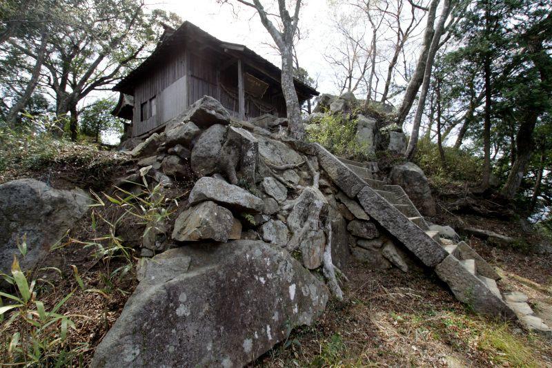山頂の天守曲輪に残る石垣と佐志能神社