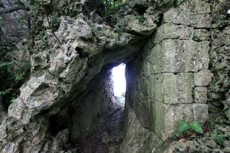 巨岩の裂け目を利用した城門は圧巻!