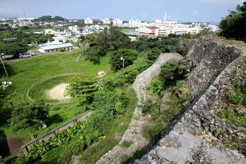 山頂から見下ろす城壁と闘牛場