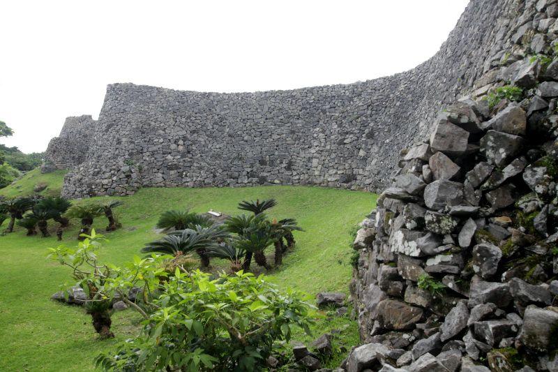 今帰仁城の手前に鎮座する「火の神の祠」