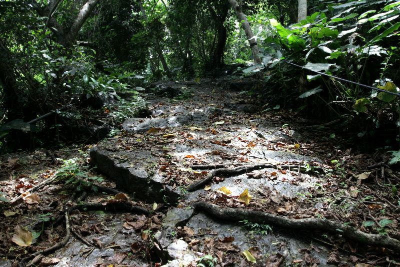 とても滑りやすい石の道!気を付けながら歩こう