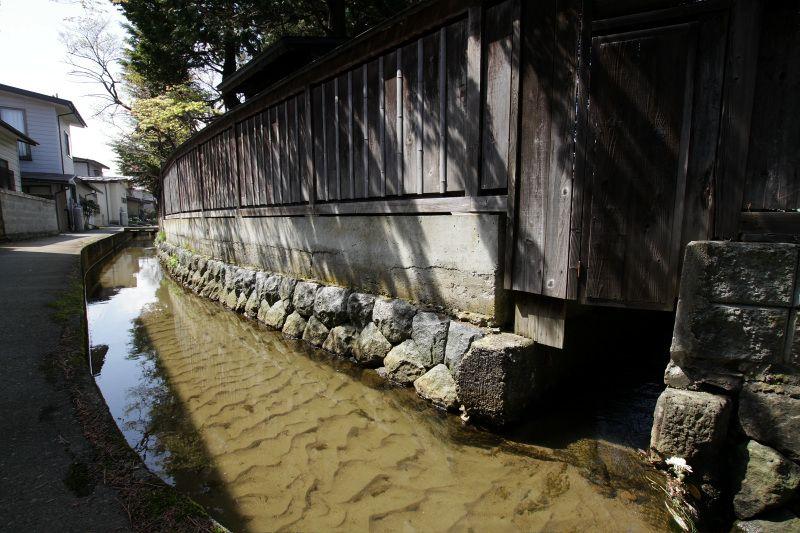 水路の水を引き込み生活に利用した人々の知恵