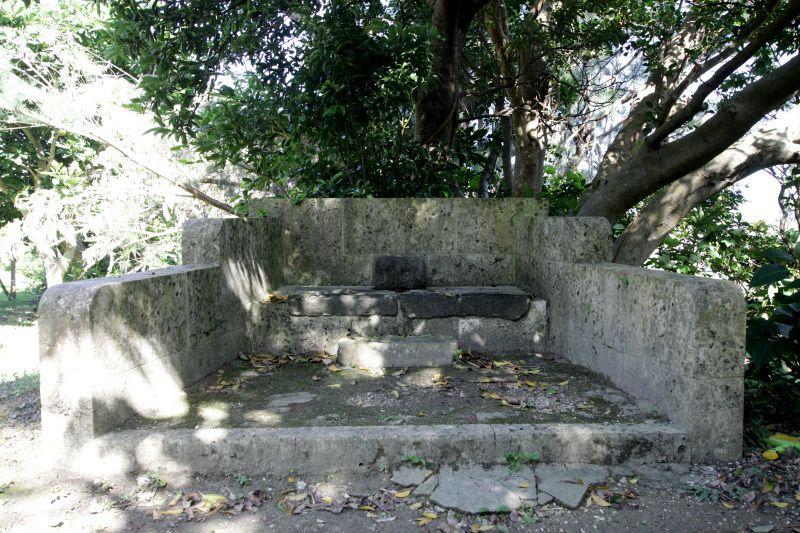 小嶽の入口には久高島と斎場御嶽を望む遥拝所が!