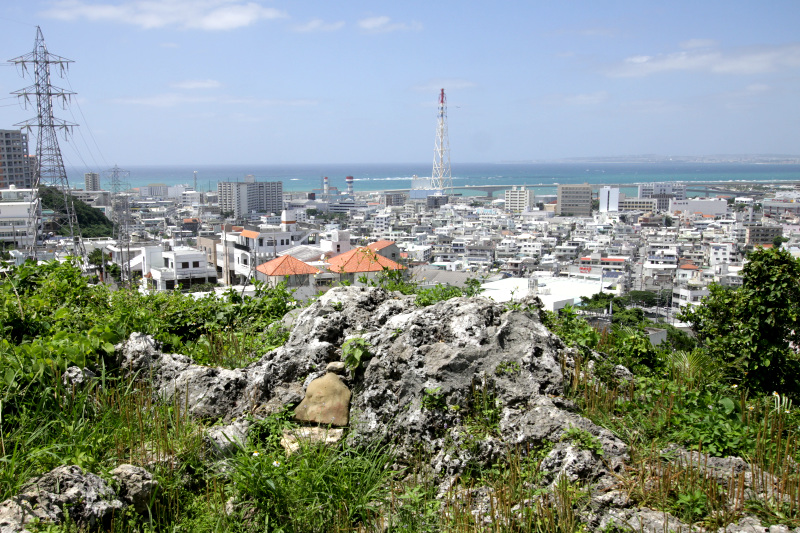 宜野湾を一望できる「旗立て」まで上ろう