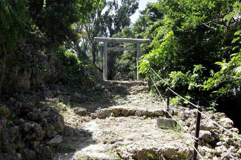 本丸には城内の拝所を合祀した「伊祖神社」が鎮座!
