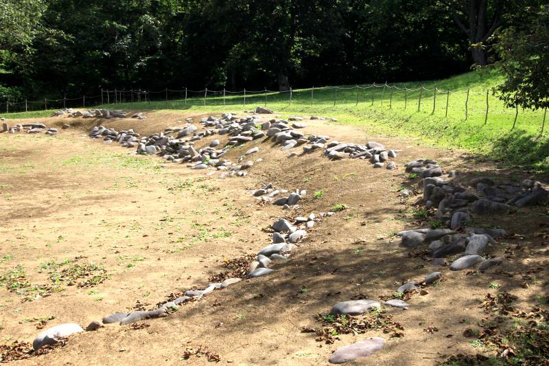 土木工事で造成された円形平面と土留めの「小牧野式配石」