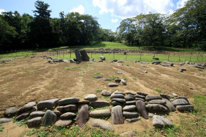 約2900個もの川石を使って築かれた三重の環状列石