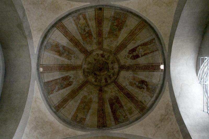 ロマネスクとゴシックが融合する大聖堂の内部空間