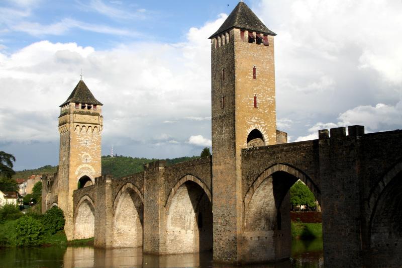 要塞化された巨大石橋「ヴァラントレ橋」