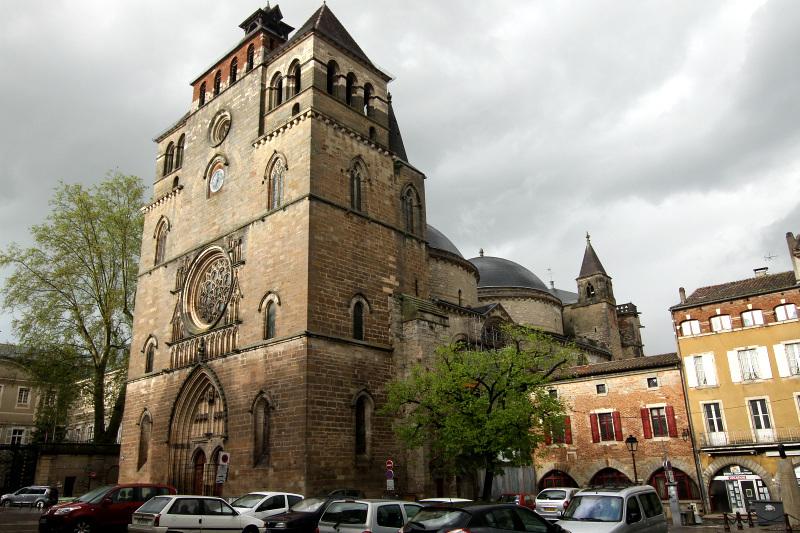 巨大ドームが連なる「サン=テチエンヌ大聖堂」