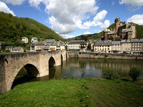 """世界遺産の橋が架かる""""フランスの最も美しい村""""の一つ「エスタン」"""