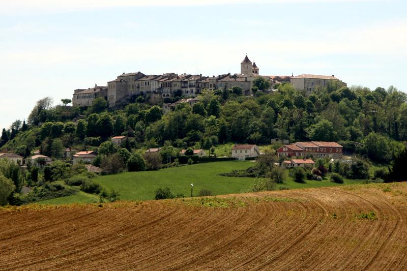 """""""フランスの最も美しい村""""の一つ「ロゼルト」麦畑にたたずむ丘の町"""