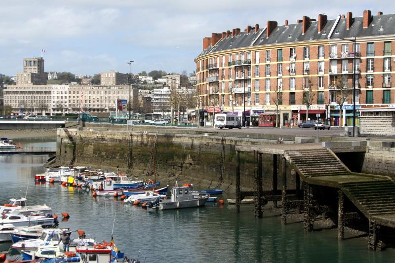 伝統的なデザインの建物や、斬新な魚市場も