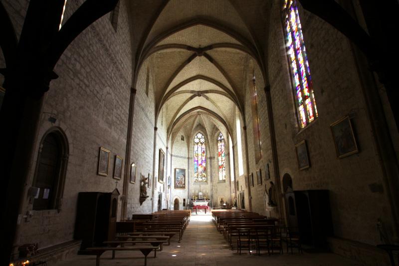 ゴシック様式で統一された教会内部
