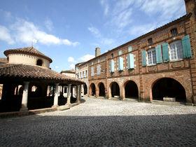 """円形市場が残る「オヴィラール」は""""フランスの最も美しい村""""の一つ"""
