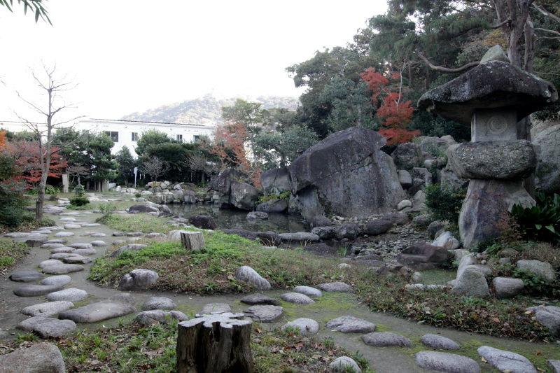 岩盤が露出する山肌に巨岩が並ぶ!