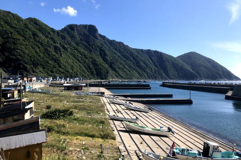 隔絶された海辺の集落にたたずむ修験道場