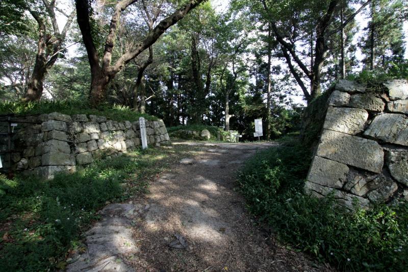 近世の大手道「七曲道」を歩いて「四ツ門跡」へ
