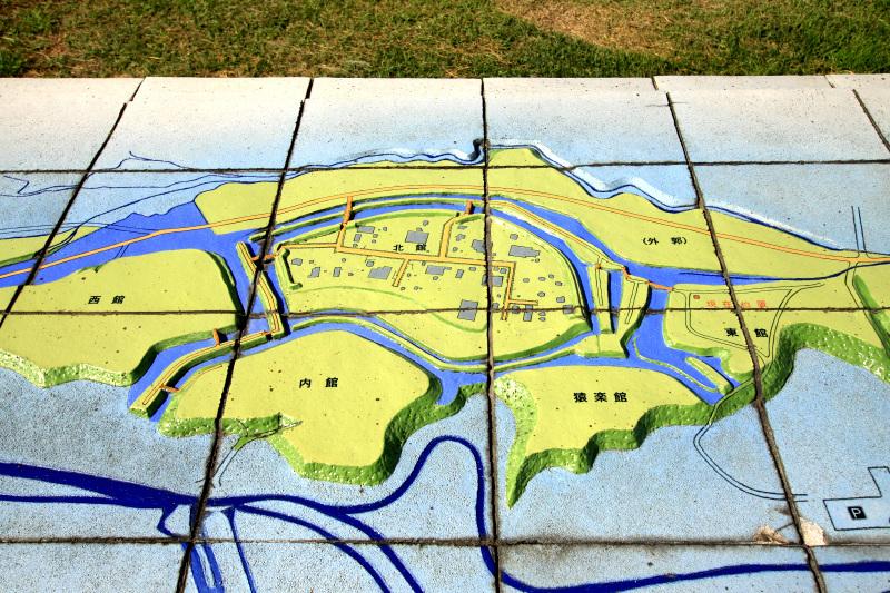 浪岡川の河岸台地に連なる8つの曲輪