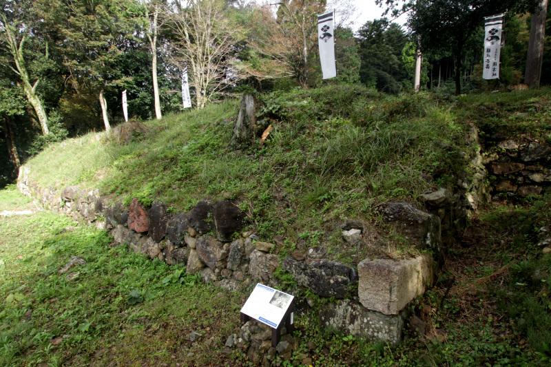 まずは山麓の「城主居館跡」を要チェック!