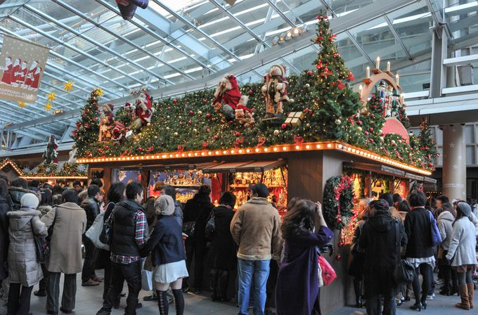 クリスマスデコレーションが施された六本木ヒルズは、本場ドイツのマルクト広場の雰囲気を体感できる!
