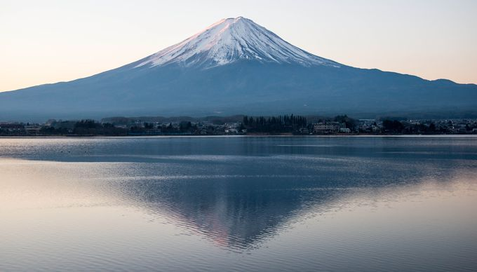 まずは夜明け直後の赤い富士と湖面に映る逆さ富士を見に、河口湖北岸、戸沢センターキャンプ場を目指そう!