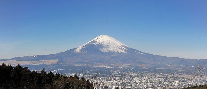 陽光に照らされ、長い裾野までクッキリと見える雄大な富士山に、掌を合わせてみよう。